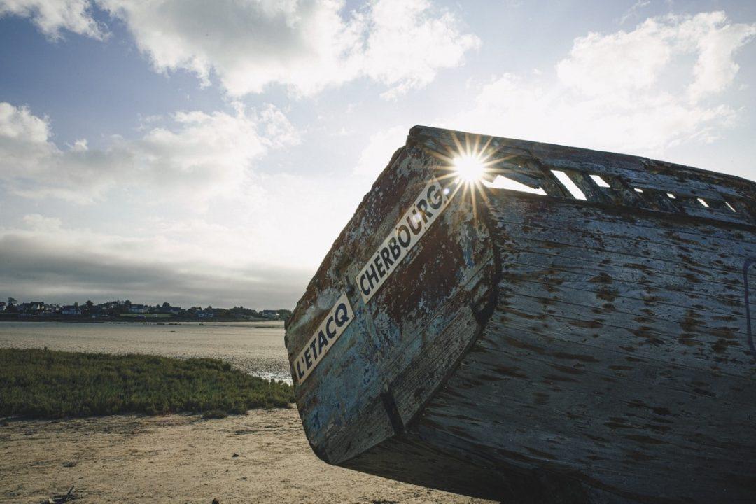 Carcasse de bateau sur la plage de Port-Bail dans la Manche