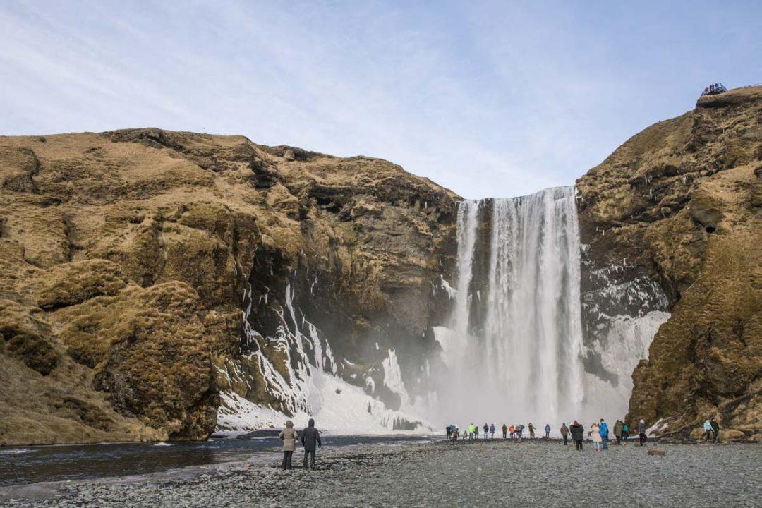 Cascade de Skogafoss sur la côte sud de l'Islande
