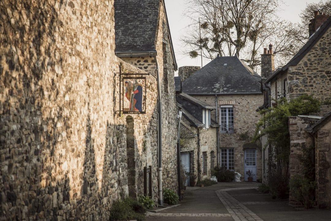 Visiter Sainte-Suzanne, c'est se promener dans ses ruelles